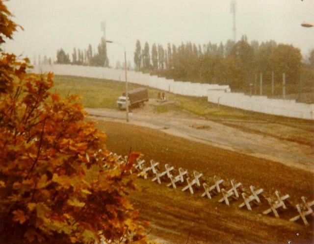 1982_berlin_wall_looking_east